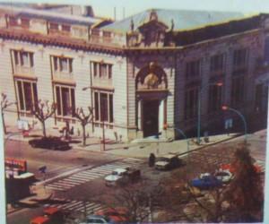 Vista panorámica del Banco de la Nación Argentina, sucursal Chivilcoy, en la década de 1970.