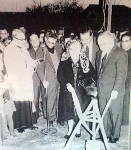 """El Dr. Mónaco, (Ültimo de la derecha), como padrino; en la colocación de la """"Piedra Fundamental"""", de la Parroquia Cristo Obrero, el día 12 de agosto de 1967."""