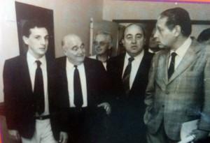 El Dr. Juan Carlos Falivene, en el Hospital Municipal, durante la visita del Dr. rené Favaloro, el 28 de noviembre de 1986. Junto a él, el Dr. Juan Manuel Iglesias y el señor Oscar R. Fontana, Presidente de la Cooperadora del Hospital.