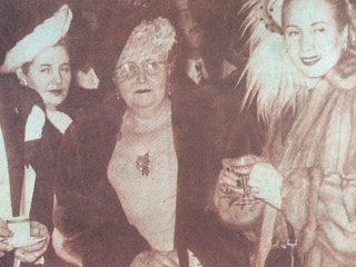 Eva Duarte de Perón en compañía de su madre, Juana Ibarguren, y una de sus hermanas.