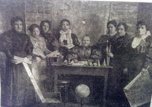 La maestra Luisa Henry (Sentada, en el medio), con otras docentes, de la escuela primaria Nº2.