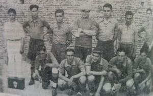 Equipo del Club Deportivo Pellegrini, campeón invicto del torneo futbolístico local, de 1932.