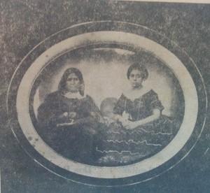 Doña Petrona Falcato, madre de Andrónica Calderón, junto a otra hija llamada Isabel.