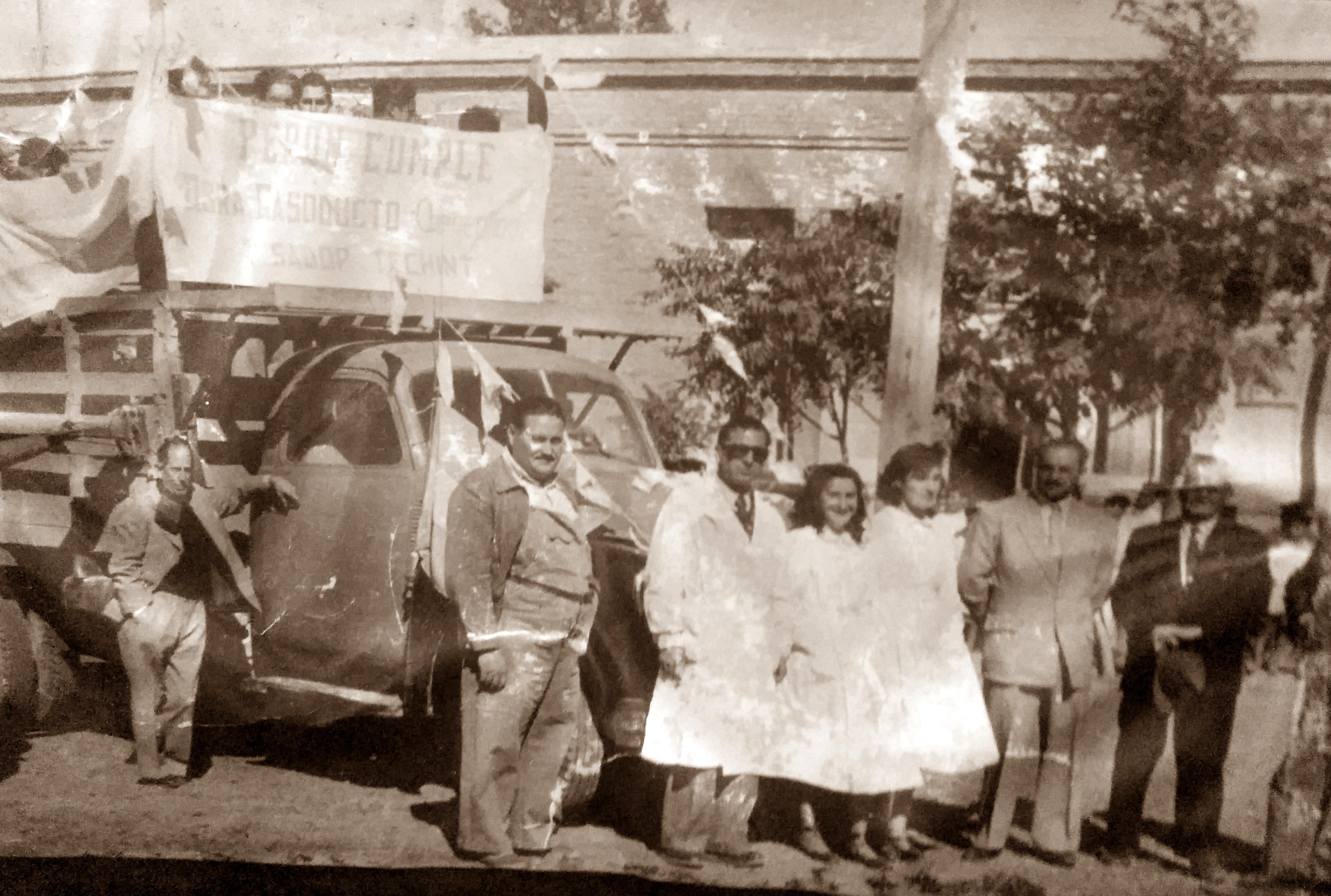 El maestro Carlos Armando, frente a la escuela Nº9, de Gral. Conesa (Provincia de Río Negro), en la década de 1950.