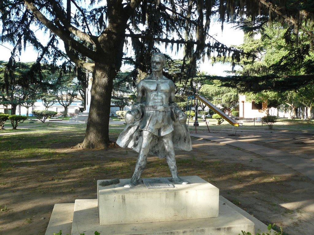 Monumeto al Boxeador, del escultor local, Osvaldo Néstor López, inaugurado el 14 de septiembre de 2006