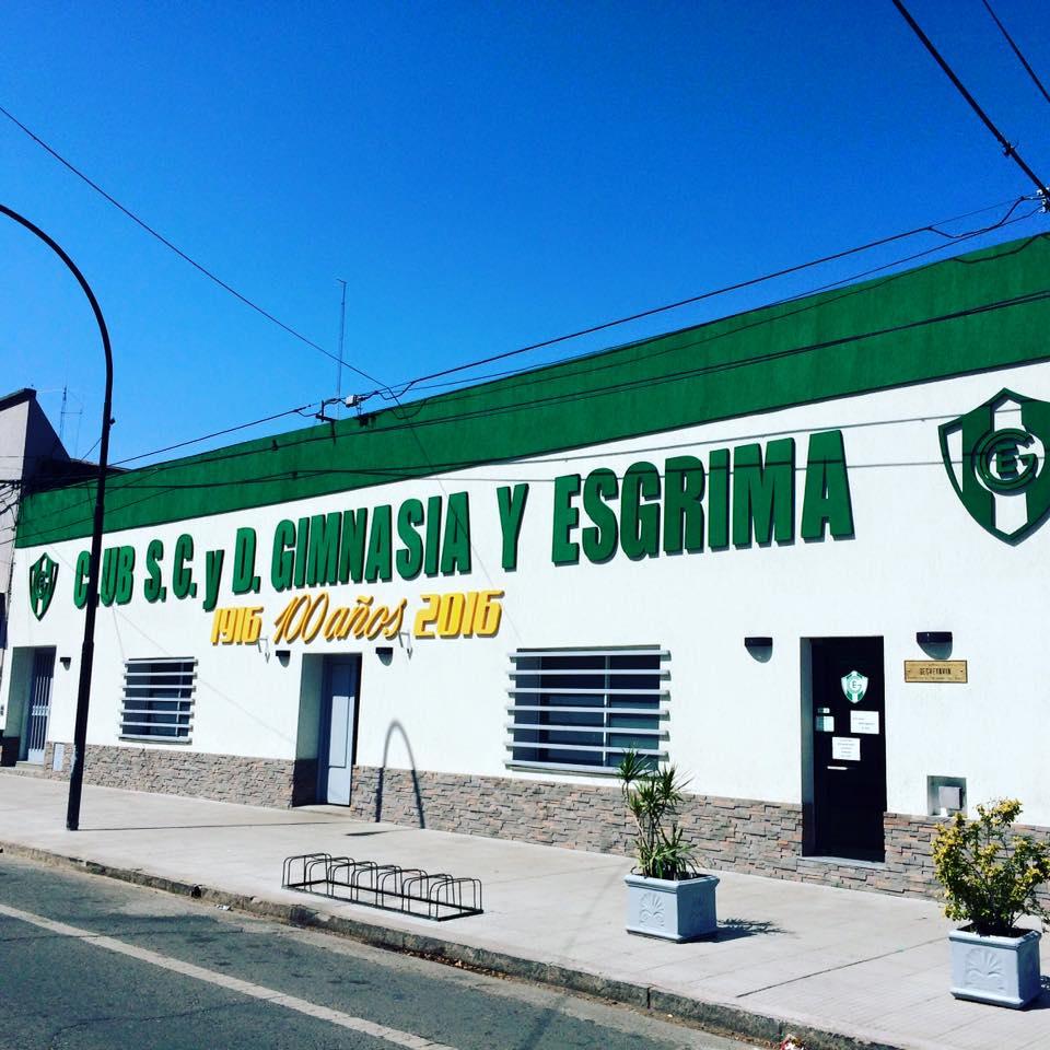 Frente del Club Gimnasia, engalanado con motivo de su glorioso centenario