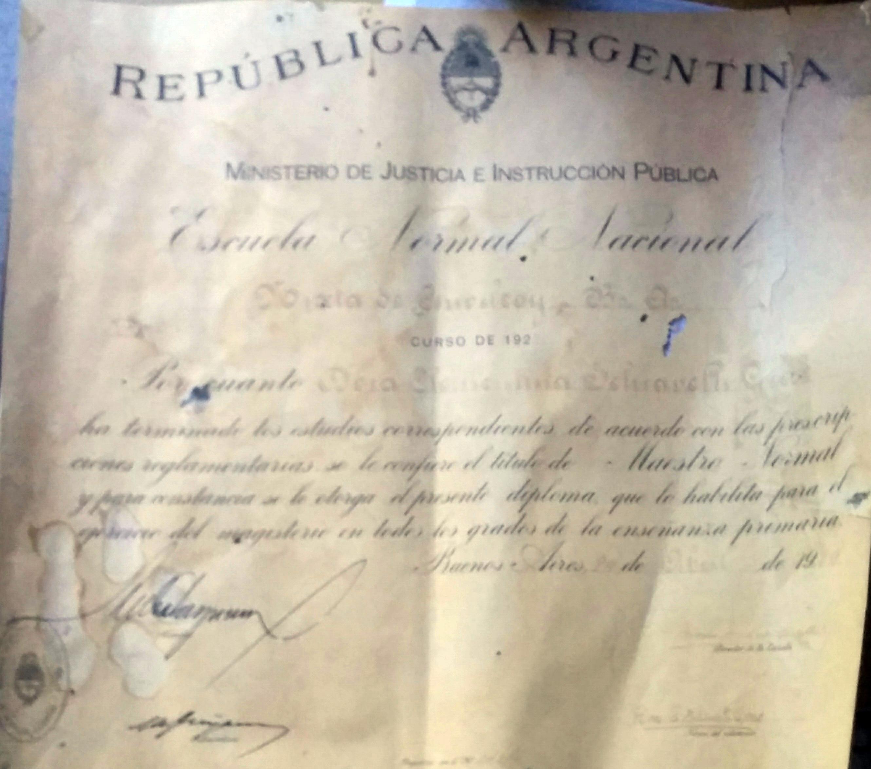 Diploma de Maestro Normal Nacional, de la promoción 1923. Según puede observarse, el título de docente, en aquella época, estaba firmado, de puño y letra, por el Ministro de Justicia e Instrucción Pública de la Nación, Dr. Antonio Sagarna.