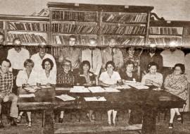 Personal docente de la Escuela, encabezado por el director, profesor Luis Esteban Marzik, en el año 1980.