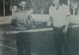 El Dr. Jorge F. Palmieri, presidente del club Gimnasia, en la cancha de tenis, de la institución, junto al entonces intendente municipal de Chivilcoy, Dr. Carlos Francisco Dellepiane (Año 1986)