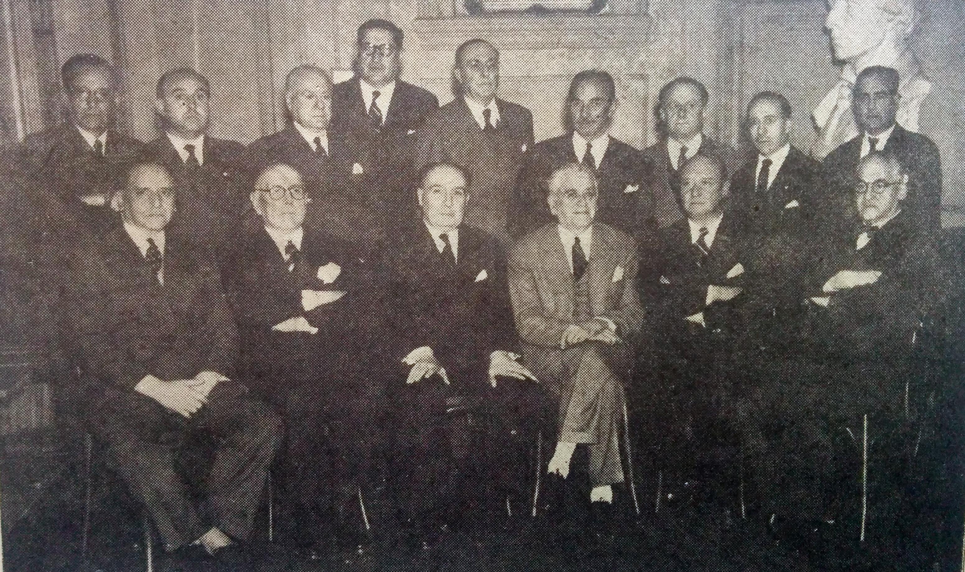 """Comisión directiva del Centro de Amistad y Cultura """"Chivilcoy"""" (Año 1954). El primero de la izquierda, es el Dr. García Sanabria."""