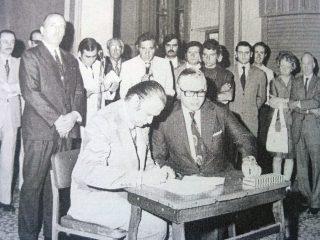 Firma del convenio, para la instalación en Chivilcoy, del centro regional de la Universidad Nacional de Luján, bajo el gobierno de Edgar Ángel Frígoli (Febrero de 1974)