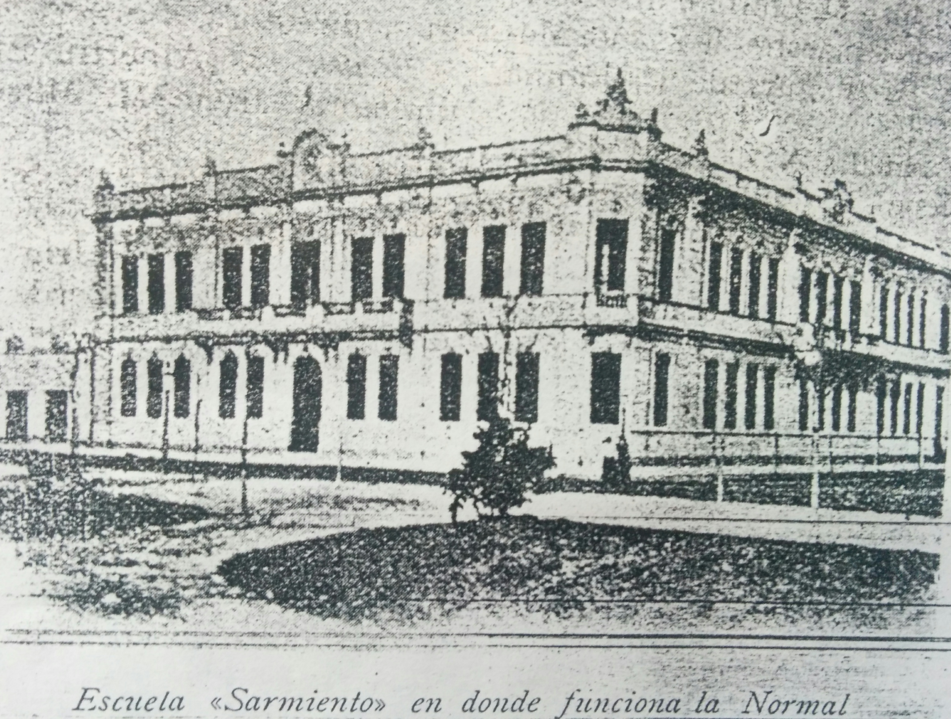"""Antiguo edificio de la Escuela Nº1 """"Domingo Faustino Sarmiento"""" (Avenida Sarmiento y calle Belgrano), donde funcionaron, por vez primera, la Sociedad Estímulo de Bellas Artes y la Academia """"Ernesto de la Cárcova"""""""