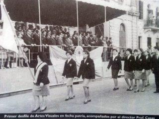 Desfile de alumnos, de la Escuela Superior de Artes Visuales, en la década de 1960.