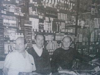 Los hermanos Eduardo, Juan José y Simón Yapor, hijos del fundador, y continuadores del citado comercio.