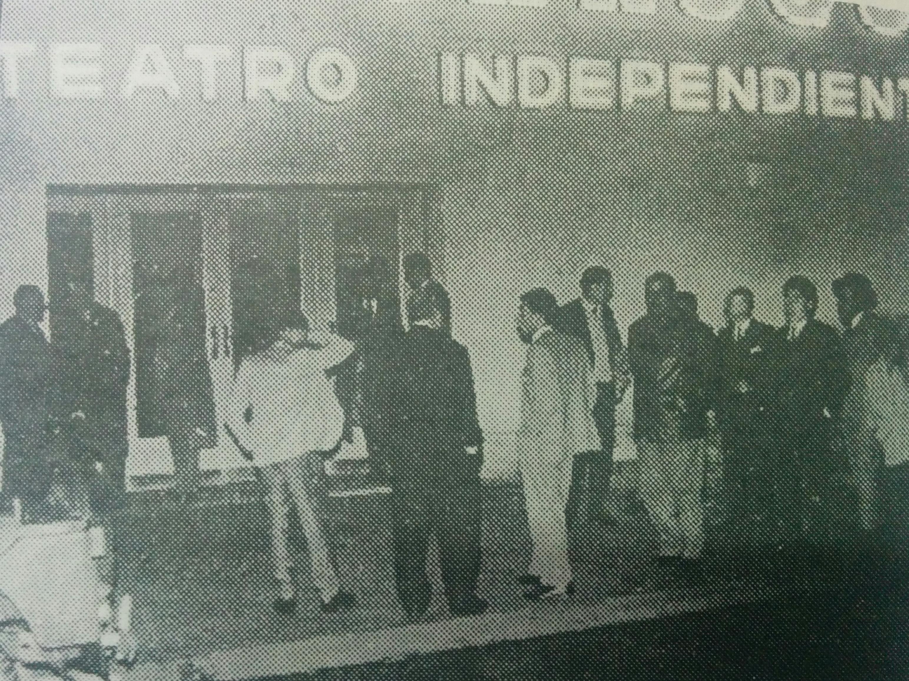 """La noche de la inauguración de la sala, del teatro independiente """"El Chasqui"""", en 1962."""