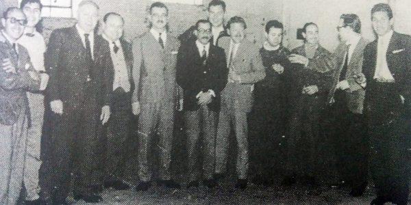 """Miembros integrantes y comisión de amigos del Teatro """"El Chasqui"""", a comienzos de la década de 1960."""