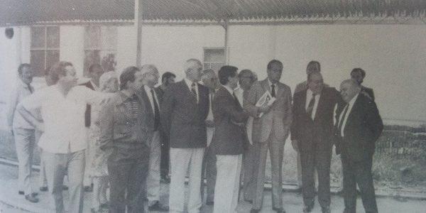 El Dr. Favaloro, en Chivilcoy, visitando las instalaciones del Hospital (Mes de noviembre de 1986).