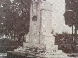 Busto del Dr. Mariano Moreno, en el paseo público homónimo (1951).