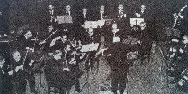 El Prof. Ros, dirigiendo la Orquesta de Cámara de Chivilcoy (Años, 1968-1969).