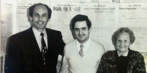 Carlos Armando Costanzo, junto a su madre, Catalina C. Costanzo de Armando (1921-2011), y el Dr. Horacio Alberto Vero, el día de la inauguración del Salón del Periodismo, el 7 de junio de 1995.