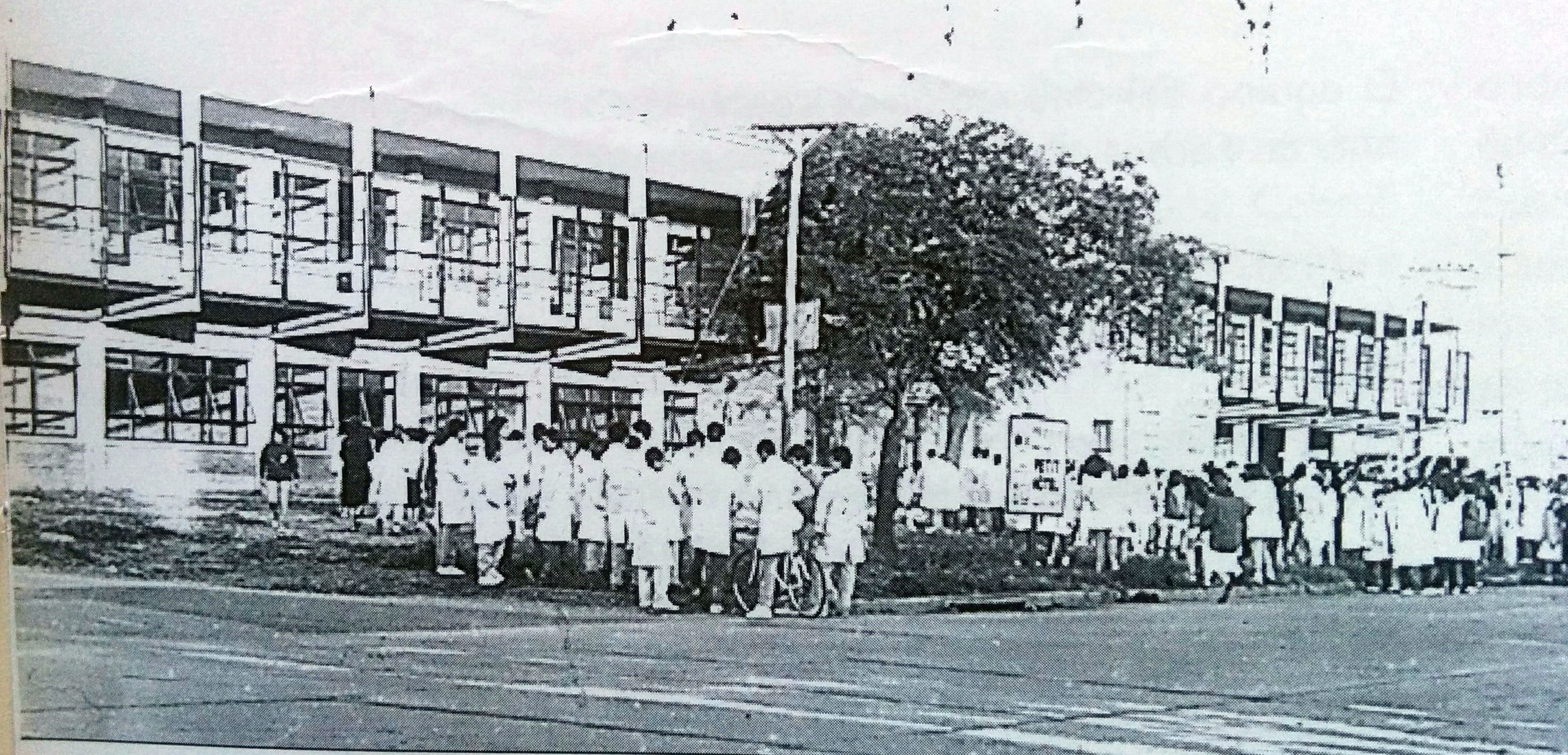 """La Escuela de Comercio """"Dr. José León Suarez"""", en el edificio de su actual sede, sobre la avenida De Tomaso."""