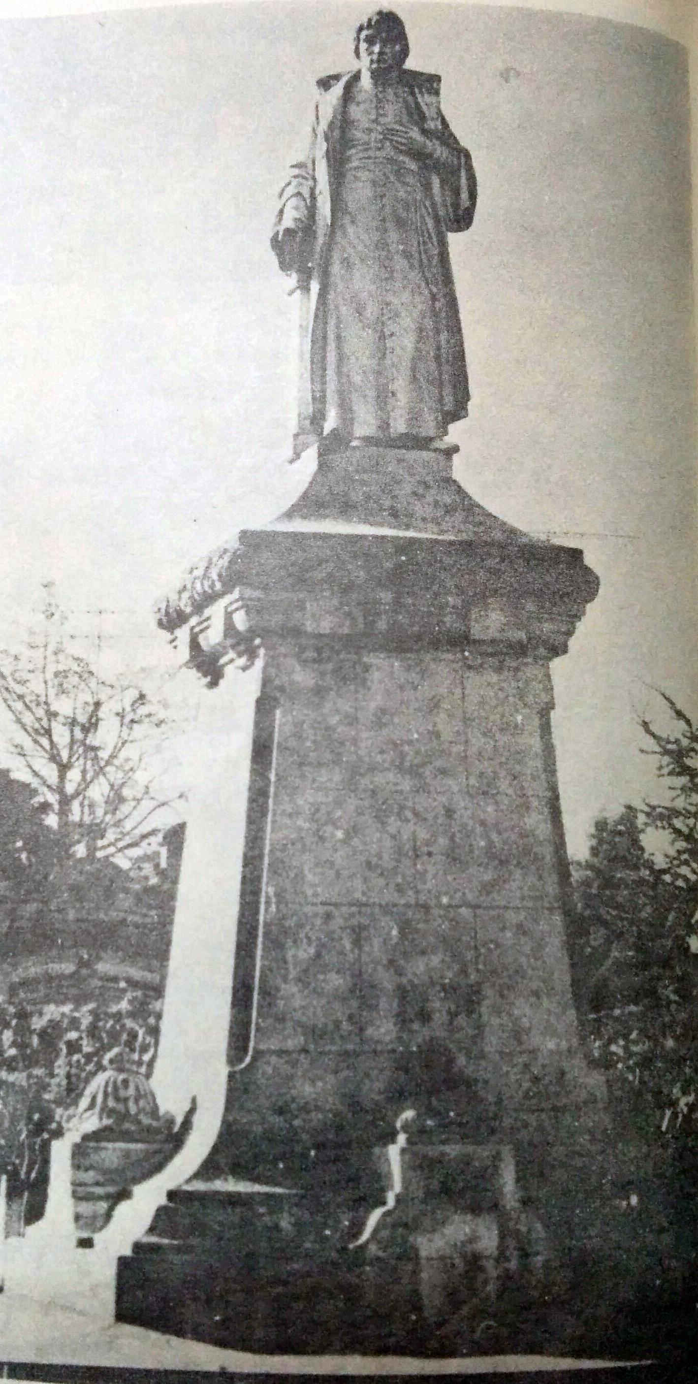 """Monumento al presbítero, Dr. Manuel Alberti, inaugurado, en la plaza """"General Arias"""", de Alberti, el 2 de octubre de 1927."""