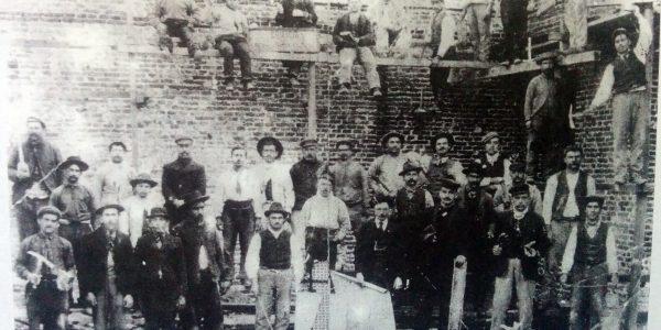Obreros italianos, en la etapa de construcción del edificio del Banco de la Nación Argentina, en Chivilcoy. (Año 1908).