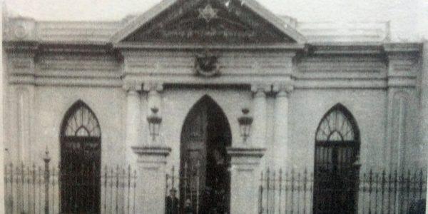 Fachada del templo masónico «Luz del Oeste», ubicado sobre la calle Veinticinco de Mayo. Durante varios años, estuvo presidido por Don Prudencio S. Moras.