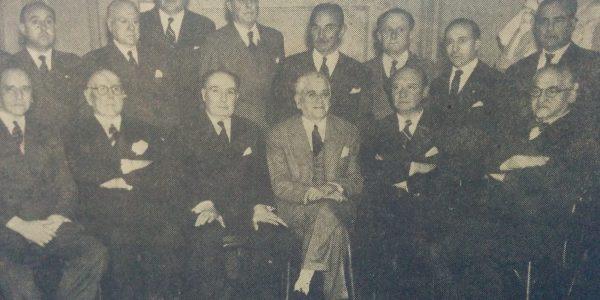 Comisión directiva del Centro de Amistad y Cultura «Chivilcoy», en el año 1954. El profesor Cotta, último de las personas sentadas a la derecha, fue uno de los fundadores y el primer presidente de dicho centro.