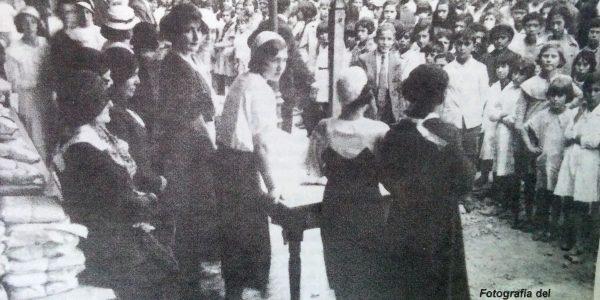 Distribución de prendas, del taller de caridad Santa Rita, el Día de Reyes, 6 de enero de 1934.