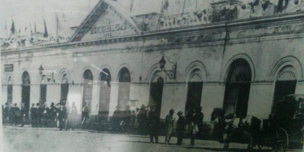 Antigua Casa Municipal, que construyó la Corporación, en 1865, y que fue demolida, en 1899, levantándose, posteriormente, el actual Palacio Municipal, inaugurado en 1900. En dicha Casa, funcionaron el despacho del primer intendente municipal, y el recinto del primer Concejo Deliberante.