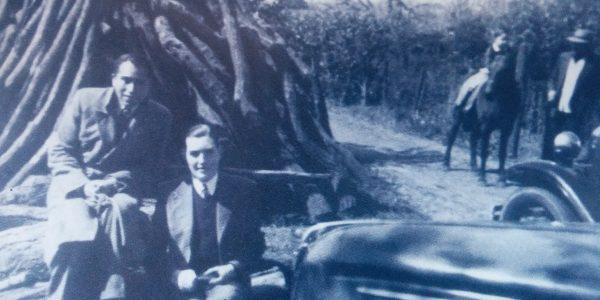 El Prof. Julio Florencio Cortázar, junto al poeta y docente, Prof. Domingo Zerpa, en una quinta de la familia Coccoza, un día de esparcimiento campestre (Año 1942).