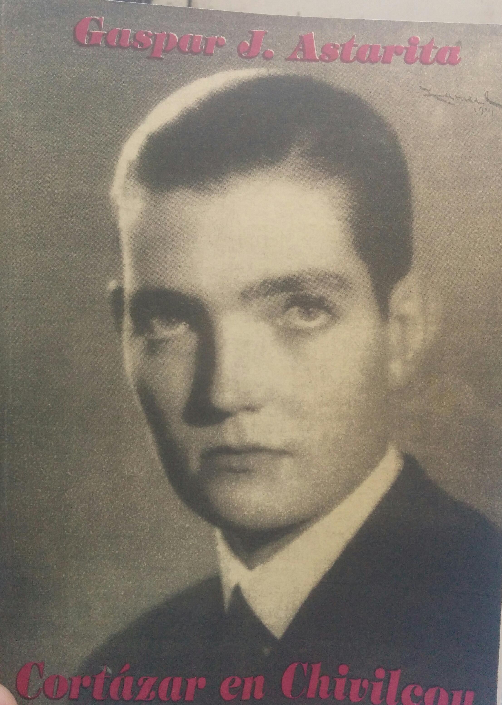 """Portada del volumen """"Cortázar en Chivilcoy"""", del escritor e investigador, Gaspar José Astarita. El libro, se editó en  marzo de 1997, y tiene en la tapa, una fotografía juvenil de Cortázar."""