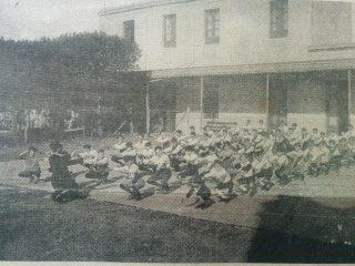 Patio del Colegio «Nuestra Señora del Buen Consejo», durante una clase de educación física, en la década de 1920.