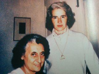 La profesora María Renée Cura, en compañía de la primer Ministro de la India, Indira Gandhi.