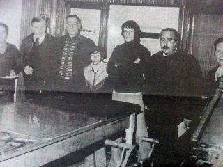 José María Grange, junto a Gaspar José Astarita y el personal, de redacción y gráfico, del matutino «La Campaña»