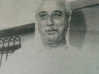 Don Guillermo O. Muscolino, fundador y organizador, junto a Don Simón Yapor y un grupo de vecinos, del Centro Parroquial San Cayetano, en 1977.