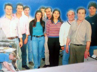 El periodista Rodolfo Gandolfo, con el personal de redacción y técnico, del diario la Razón (Año 2000).