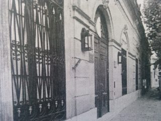 Fachada de la casona de Don Vicente Domingo Loveira, y su esposa, Segunda Calderón, en la calle 9 de julio Nº 177. En la actualidad, Complejo Histórico Municipal «Adelina Dematti de Alaye», inaugurado el 5 de noviembre de 1983, por la iniciativa y labor de Francisco Alberto Castagnino.