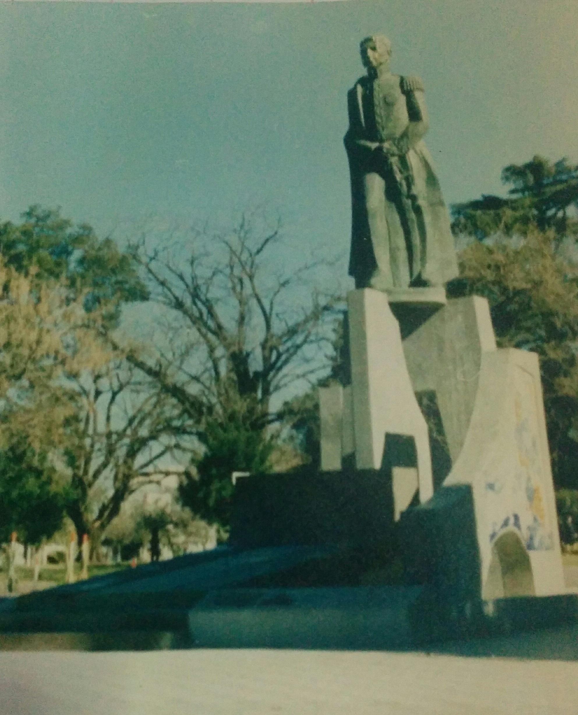 El monumento al general San Martín, en la plaza 25 de Mayo, inaugurado el 17 de agosto de 1979.