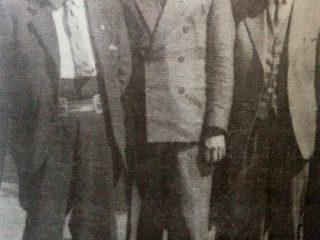 Don Nicolás Tenaglia (A la derecha, vestido de traje y con anteojos), gran promotor de la fundación de la Cooperativa Agrícola Ganadera de Chivilcoy.