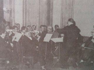 El profesor Grisolía, dirigiendo la Orquesta de Cámara, en la década de 1960.