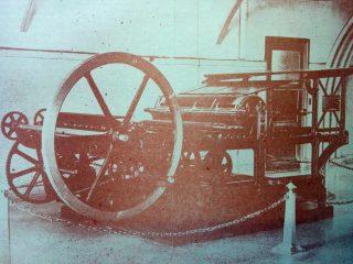 Primera plana impresora, del matutino «La Razón», fundado en 1910. Dicha máquina, se utilizó, desde el nacimiento del diario, hasta fines de la década de 1920.