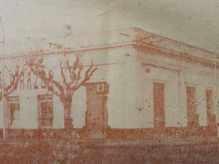 Tradicional esquina de la avenida Ceballos y la calle Suipacha, donde tuvo su sede (Administración, redacción e imprenta), el matutino «La Razón», desde noviembre de 1910, hasta el mes de septiembre de 1993.