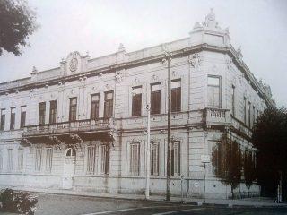 La inolvidable Escuela Nº1 «domingo Faustino Sarmiento», demolida en el mes de abril de 1970.