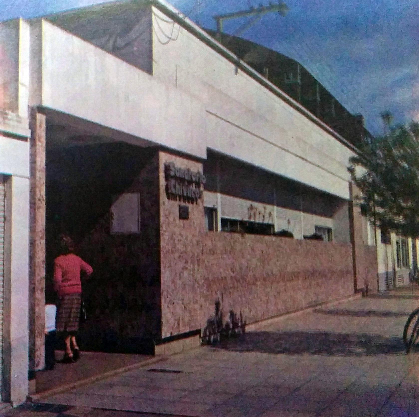 Fachada del Sanatorio Chivilcoy, fundado el 1 de agosto de 1939.