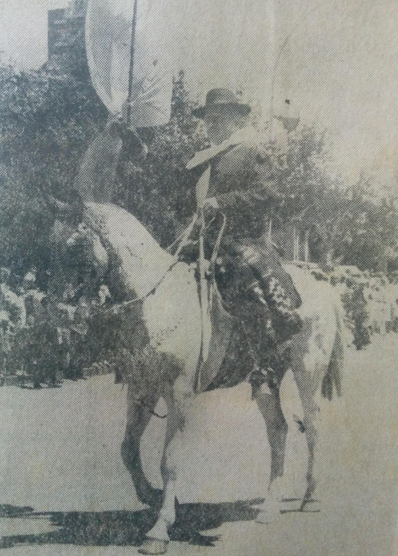 Don Roberto Reinoso (1923-2015), abanderado de la Fiesta Argentina de La Tradición, en el desfile criollo y evocativo, del domingo 15 de noviembre de 1981 (24 Fiesta de La Tradición, y primera Fiesta Provincial del Resero).