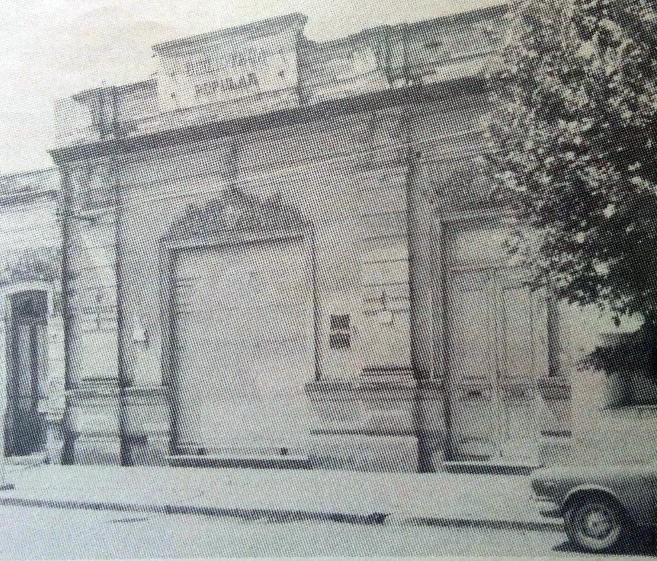 """Fachada de la antigua Biblioteca Popular """"Dr. Antonio Novaro"""", ubicada en la primera cuadra de la calle Gral. Frías. Allí funcionó, desde 1906 hasta 1979. En ese lugar, desarrolló una infatigable labor, la poetisa, docente y bibliotecaria, Eloísa Gutiérrez (Musmée)."""