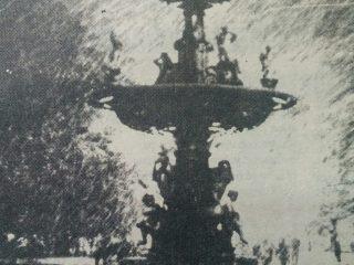Imagen de la fuente, de la Diosa Hebe, bajo la copiosa nevada, del lunes 30 de agosto de 1993.