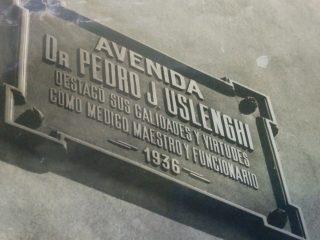 Placa de nomenclatura, de la avenida Nº 50, a la cual, el 28 de agosto de 1936, se le impuso el nombre del Dr. Uslenghi. En noviembre de 1952, dicha denominación, fue reemplazada por la del fundador y pionero local, Calixto Calderón.
